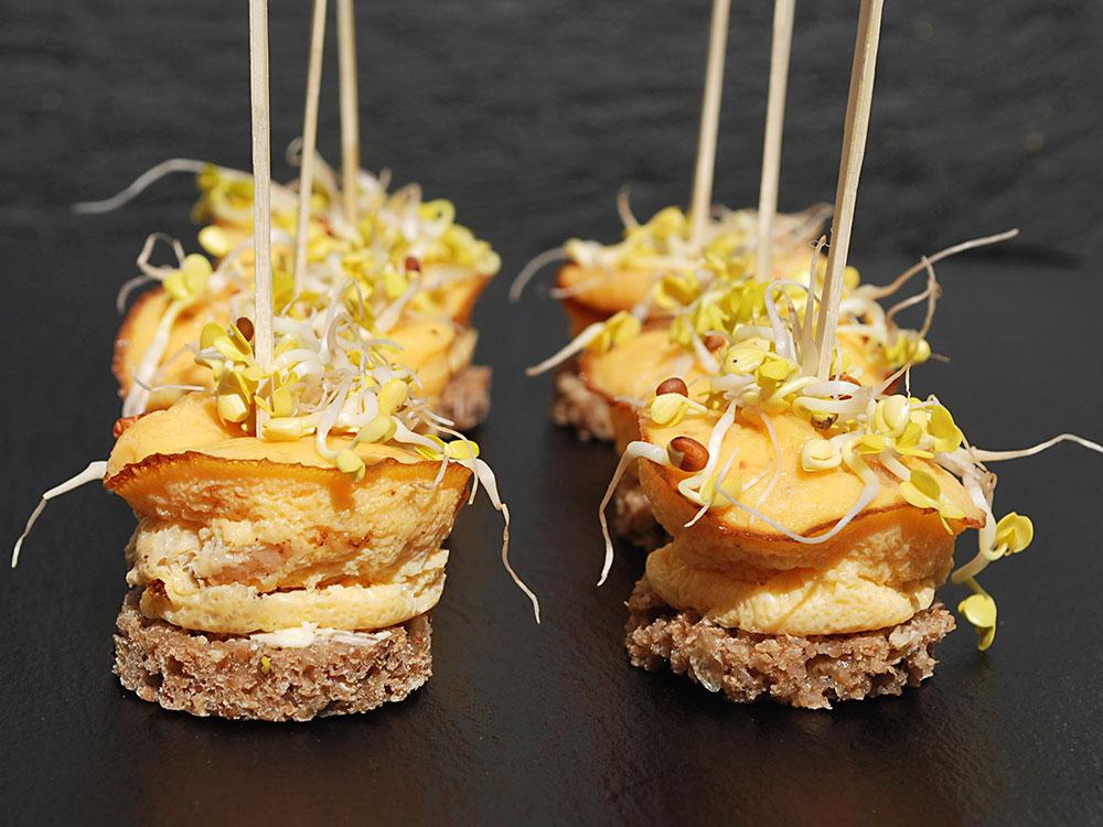 Asiatisches Omelett mit Sprossen und Eismeergarnelen auf Schwarzbrottalern
