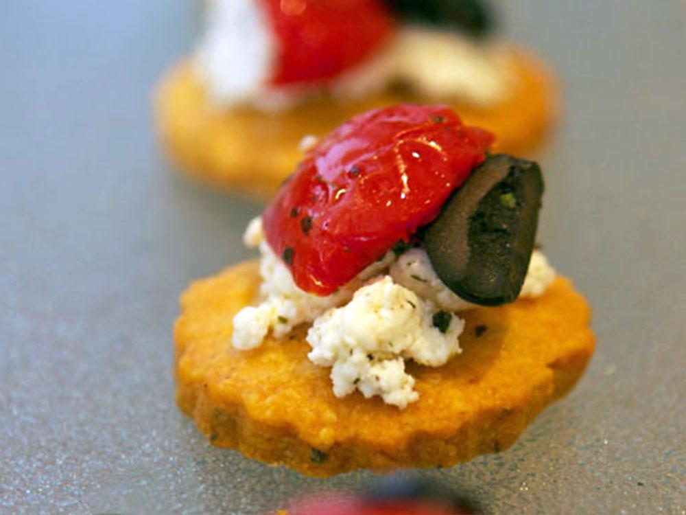 Parmesan-Rosmarin-Plätzchen mit Antipasti